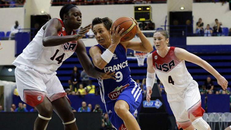 Céline Dumerc tente de se frayer un chemin dans la défense des Etats-Unis (FRANCOIS GUILLOT / AFP)