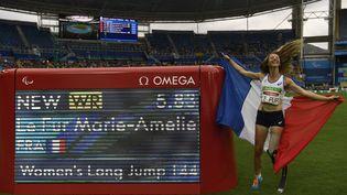 L'athlète Marie-Amélie Le Fur, après sa médaille d'or et son record du monde en saut en longueur, aux Jeux paralympiques de Rio (Brésil), le 9 septembre 2016. (CHRISTOPHE SIMON / AFP)