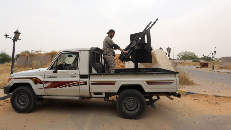 Un ancien combattant d'une milice rebelle intègrent l'armée libyenne à l'ouest de Tripoli (Libye), le 19 mai 2014. (MAHMUD TURKIA / AFP)