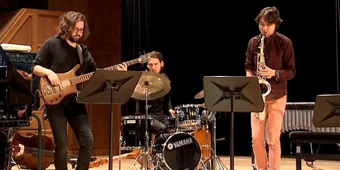 Thomas Enhco enseigne à ses élèves musiciens à s'écouter mutuellement et insiste sur le collectif et l'interaction  (France 3/Culturebox)