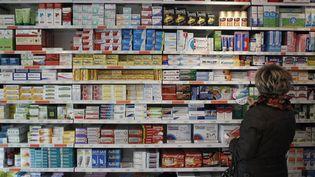 L'ANSMvient d'enclencher une procédure juridique pour que le paracétamol, l'ibuprofène ou l'aspirine soient désormais tous placés derrière le comptoir dans les pharmacies. Illustration, 2012. (CHARLY TRIBALLEAU / AFP)