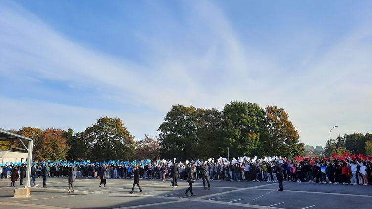 Les élèves se sont réunis dans la cour du collège pour une minute de silence. (NOEMIE BONNIN / RADIO FRANCE)