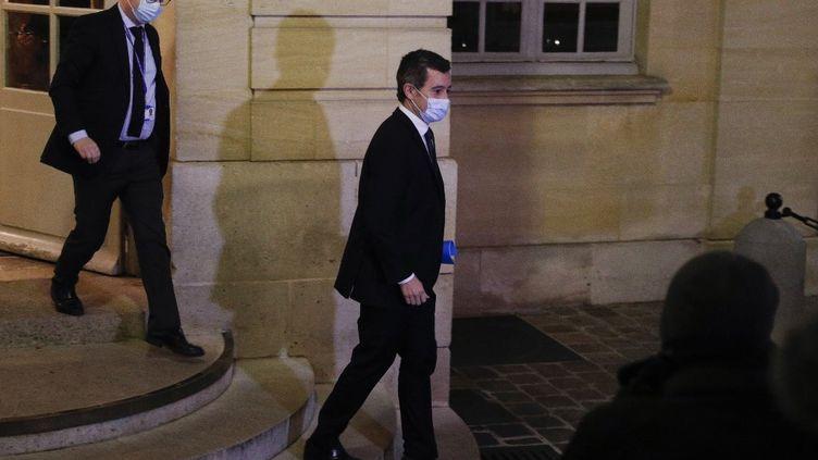 Gérald Darmanin quitte l'hotel Matignon, le 29 novembre 2020. (GEOFFROY VAN DER HASSELT / AFP)