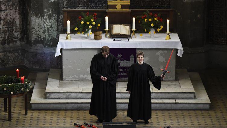 Deux vicaires célèbrent le culte, le 20 décembre 2015, dans une église de Berlin (Allemagne). (TOBIAS SCHWARZ / AFP)
