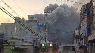 La fumée s'élève d'un hôpital de Miryang, en Corée du Sud, où un incendie meurtrierest survenu, vendredi 26 janvier 2018. (REUTERS)
