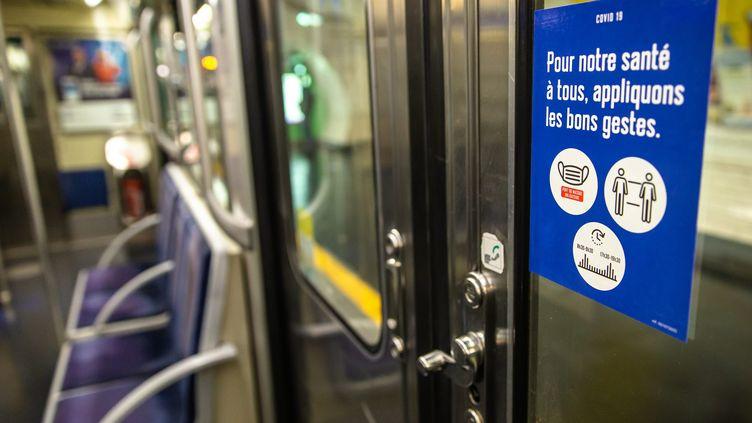 La RATP prépare le déconfinement en posant des autocollants rappelant aux usagers les gestes barrières, à Paris le 8 mai 2020. (AURELIEN MORISSARD / MAXPPP)