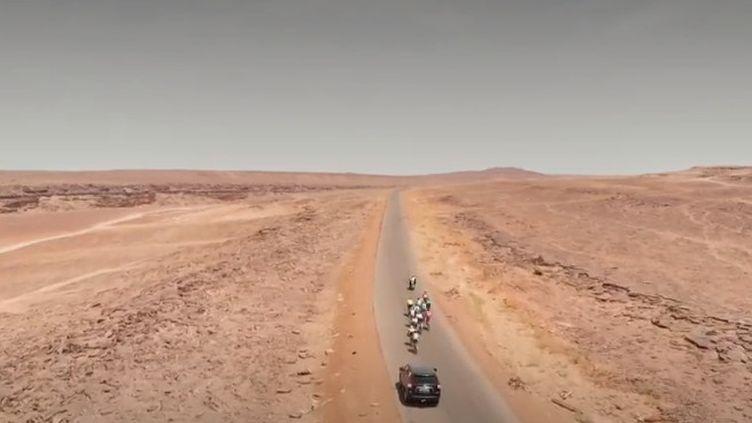 Alors que le Tour de France arrive lundi 8 juillet dans l'Hexagone pour sa troisième étape, France 2 vous emmène sur les routes d'une autre compétition cycliste, en Mauritanie. (FRANCE 2)