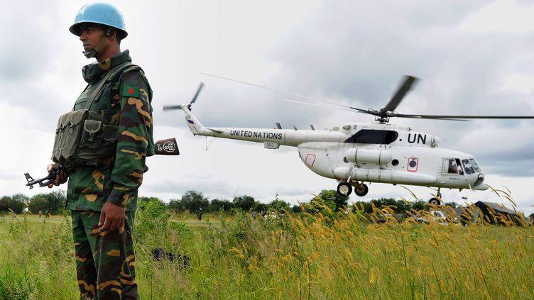 Un Casque bleu est déployé au Soudan du Sud, dans l'Etat du Jonglei, le 1er septembre 2011. (TIM MCKULKA / UNMISS / AFP)