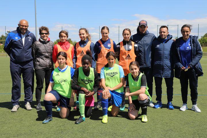Des joueuses et entraîneurs dela section féminine du club de Genas (Rhône), le 15 mai 2019. (ELISE LAMBERT/FRANCEINFO)