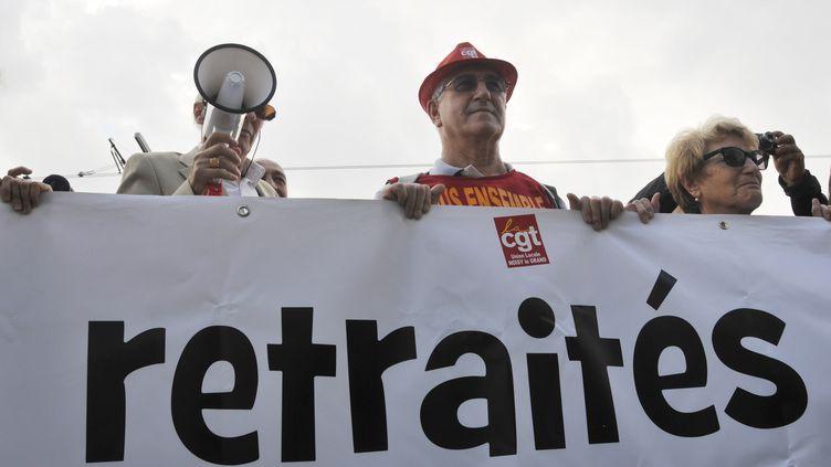 Les retraités manifestent contre la baisse de leur pension devant le siège de France Télévisions le 30 septembre 2014. (CITIZENSIDE/YANN KORBI / CITIZENSIDE.COM)