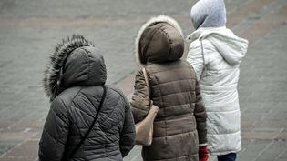 Des personnes en manteaux chauds à Lille (Nord), le 26 février 2018. (PHILIPPE HUGUEN / AFP)