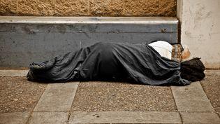 Une jeune Britannique a décidé de venir en aide à un sans-abri qui lui avait proposé les quelques livres qu'il avait en poche pour qu'elle rentre en sécurité chez elle, en décembre 2014. (MARC GUTIERREZ / FLICKR RF / GETTY IMAGES)
