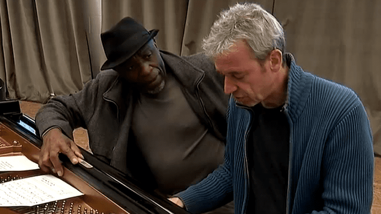 Les pianistes Ray Lema et Laurent de Wilde ont mélangé leurs expériences et leurs influences pour composer un dialogue harmonieux entre deux pianos  (Culturebox / Capture d'écran)