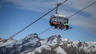 Des skieurs prennent un téléski avant de se lancer sur les pistes, au-dessus de la station de ski de Zermatt dans les Alpes suisses, le 28 novembre 2020. (FABRICE COFFRINI / AFP)