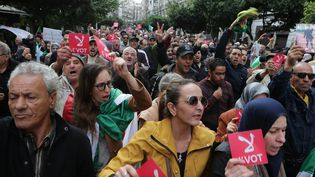 Des manifestants marchent à Alger (Algérie) après l'élection d'Abdelmadjid Tebboune, le 13 décembre 2019. (FAROUK BATICHE / DPA / AFP)