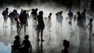 Des personnes se rafraîchissent lors d'une vague de chaleur à Nantes (Loire-Atlantique), le 26 août 2016. (JEAN-SEBASTIEN EVRARD / AFP)