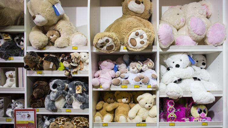 Le rayon peluches dans un magasin de jouets. Photo d'illustration. (MARLENE AWAAD / MAXPPP)