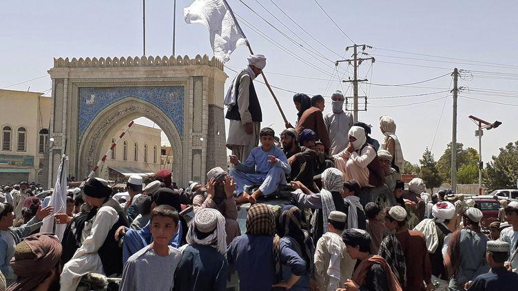 Des combattants talibans perchés sur un véhicule près de Kandahar (Afghanistan), le 13 août 2021. (AFP)