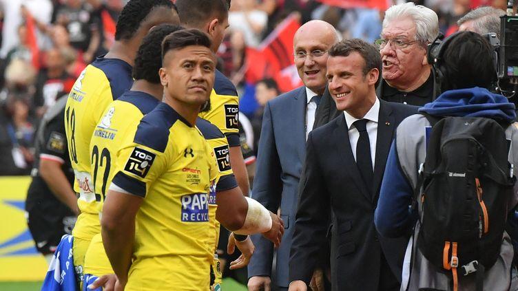Emmanuel Macron,Bernard Laporte etPaul Gozelors de la présentation des équipes en finale du Top 14, le 15 juin 2019, à Paris. (DOMINIQUE FAGET / AFP)