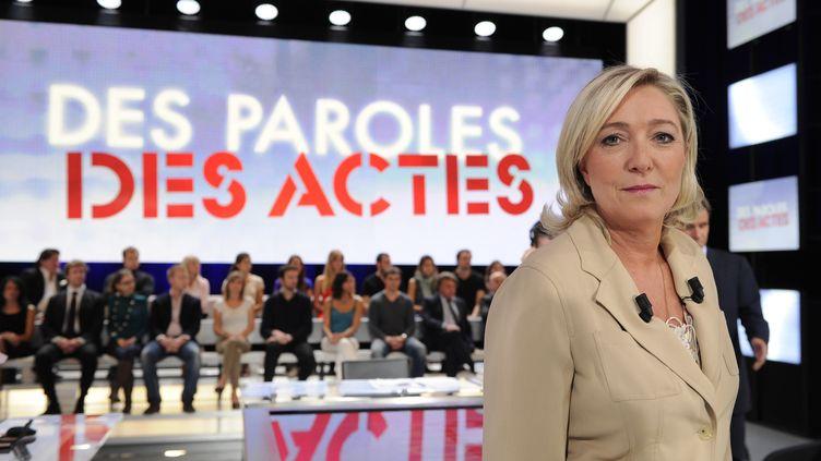 """Marine Le Pen sur le plateau de l'émission de France 2 """"Des paroles et des actes"""", le 23 juin 2011. (BERTRAND GUAY / AFP)"""