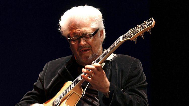 Larry Coryell au festival de jazz de San Sebastian, en Espagne, le 20 juillet 2012  (Javier Etxezarreta / MaxPPP)
