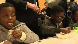 L'Éducation nationale va servir des petits-déjeuners gratuits dans les écoles de huit académies. Ce dispositif se généralisera dès septembre à l'ensemble du territoire. (FRANCE 2)