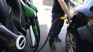 Illustration sur la hausse du prix des carburants en station service. (FRANCK PENNANT / MAXPPP)