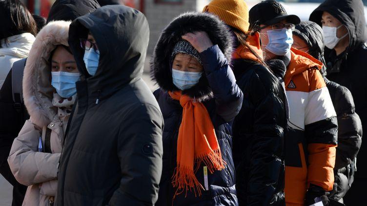 File d'attente pour un test Covid-19 devant un hôpital de Pékin (Chine) le 28 janvier 2021 (GREG BAKER / AFP)