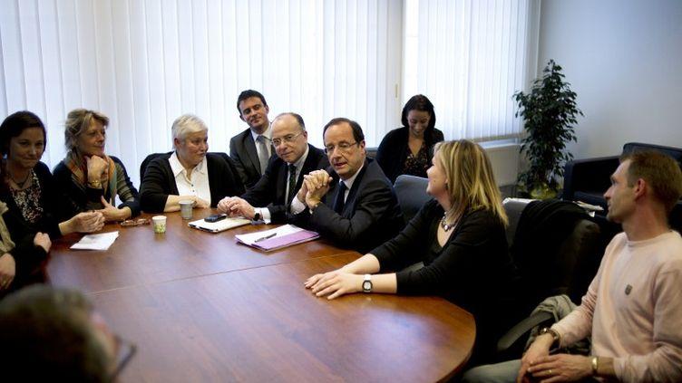 Le candidat socialiste à la présidentielle, François Hollande, reçoit le 12 mars 2012 des proches des victimes françaises de l'attentat de Karachi (Pakistan). (FRED DUFOUR / AFP)