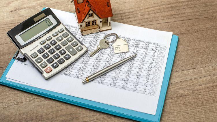 Attention les conditions pour obtenir un prêt immobilier se durcissent, il va falloir faire preuve de stratégie. (Illustration) (BOONCHAI WEDMAKAWAND / MOMENT RF / GETTY IMAGES)