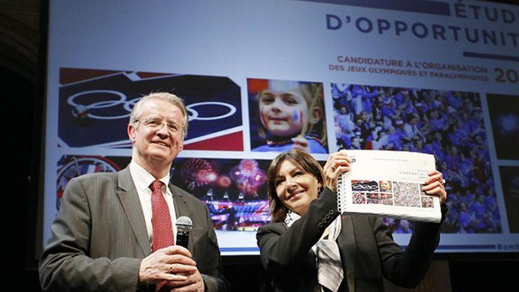 Le président du comité français du sport international, Bernard Lapasset, a remis le rapport sur une possible candidature de Paris aux JO-2024 à Anne Hidalgo