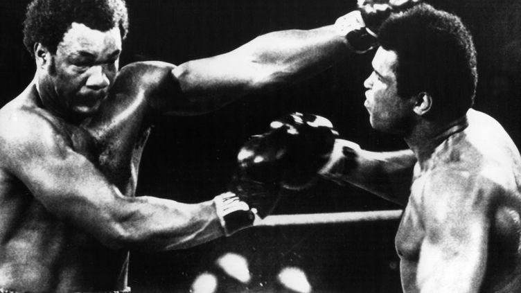 Mohamed Ali, à droite, dans un combat mythique contre George Foreman à Kinshasa, le 30 octobre 1974. (DPA / DPA)