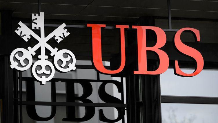 Le logo de la banque Suisse UBS, à Zurich, le 12 janvier 2016. (FABRICE COFFRINI / AFP)