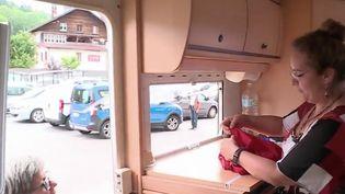 Dans les Vosges, une couturière itinérante a sorti son épingle du jeu, en période d'épidémie, en fabriquant des masques pour les vendre aux quatre coins du département. Une adaptation qui lui a permis de sauver son activité. (CAPTURE D'ÉCRAN FRANCE 3)