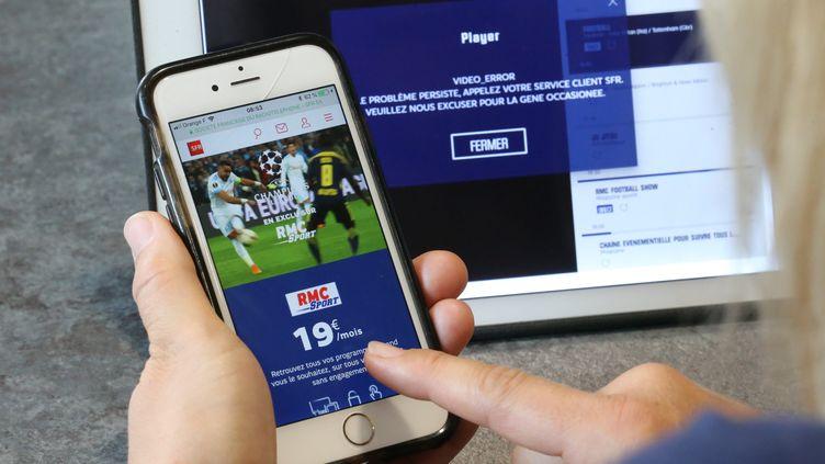 Une personne regarde la tablette avec le site RMC Sport. (JEAN-FRANÇOIS FREY / MAXPPP)