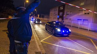 Des voitures de police arrivent au campus IGS, le 10 novembre 2017, à Blagnac (Haute-Garonne), après qu'un conducteur a foncé sur des piétons au volant de sa voiture. (FREDERIC SCHEIBER / EPA)