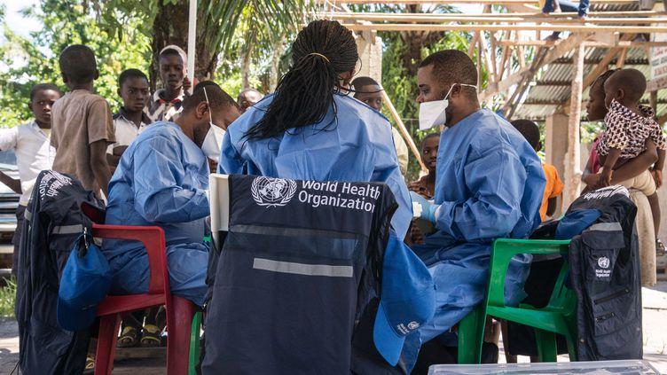 Des employés de l'OMS en République démocratique du Congo lors de la campagne de vaccination contre Ebola en mai 2018. (JUNIOR D. KANNAH / AFP)