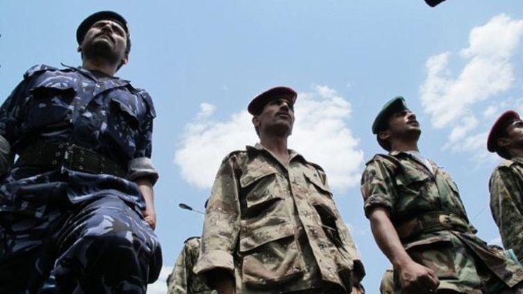 Des militaires dissidents montent la garde lors des manifestants anti-régime à Sanaa, le 16 septembre 2011 (AFP PHOTO / GAMAL NOMAN)