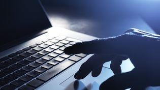 Les peuples autochtones, les LGBTQ, les Noirs, les adolescentes et les réfugiés comptent parmi les groupes les plus susceptibles de faire l'objet de cyberharcèlement. (ABO)