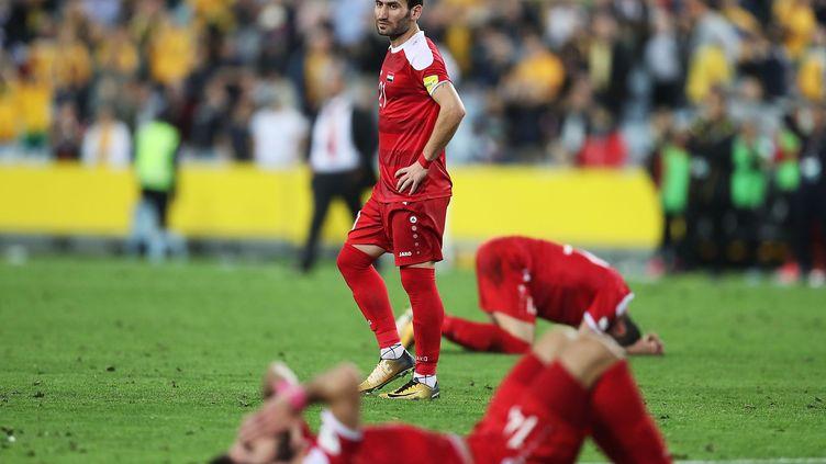 Fahad Youssef, abattu au milieu de ses coéquipiers, prostrés au sol après la défaite de la Syrie face à l'Australie (1-2) (MARK METCALFE / GETTY IMAGES ASIAPAC)