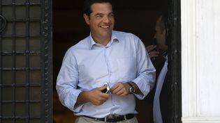 Le Premier ministre Alexis Tsipras quitte son bureau, à Athènes, le 20 août 2015. (STOYAN NENOV / REUTERS )