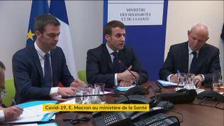 Emmanuel Macron avec le ministre de la Santé, Olivier Véran (gauche), et le directeur général de la Santé, Jérôme Salomon, au ministère de la Santé, à Paris, le 3 mars 2020. (FRANCEINFO)