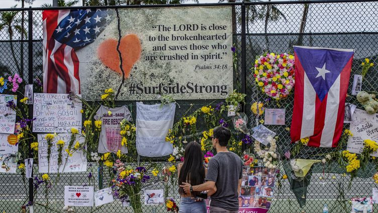 Un mémorial en hommage aux victimes de l'effondrement d'un immeuble à Surfside, Floride (Etats-Unis), le 7 juillet 2021. (AL DIAZ / MIAMI HERALD / AP)