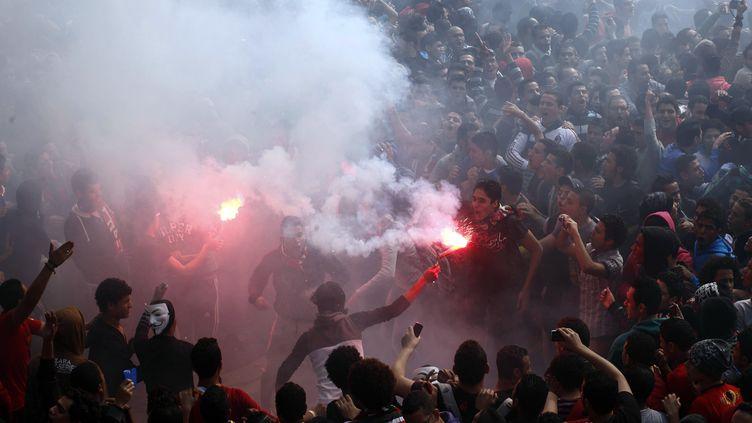 Au Caire, des supporters du club de foot cairote Al-Ahly célèbrent la confirmation de la condamn,ation à mort de 21 personnes dans le procès du drame de Port-Said, samedi 9 mars 2013. (MAHMUD KHALED / AFP)