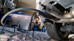 Une Volkswagen soumise à un test dans un garage deFrancfort-sur-l'Oder (Allemagne), le 1er octobre 2015. (PATRICK PLEUL / DPA / AFP)