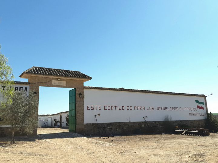 """Le portail de la ferme collective de Marinaleda : """"pour tous les travailleurs journaliers au chômage"""", le 18 mars 2019. (ISABELLE LABEYRIE / RADIO FRANCE)"""