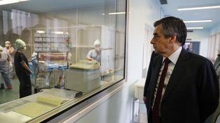 François Fillon lors d'une visite à l'hôpital Marie-Lannelongue, au Plessis-Robinson dans les Hauts-de-Seine, mercredi 14 décembre 2016. (THOMAS SAMSON / POOL / AFP)