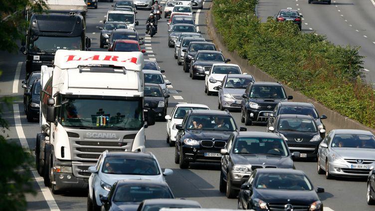 Des véhicules sont coincés dans les embouteillages sur l'autoroute A6 près de Palaiseau (Essonne), le 3 juillet 2015. (THOMAS SAMSON / AFP)