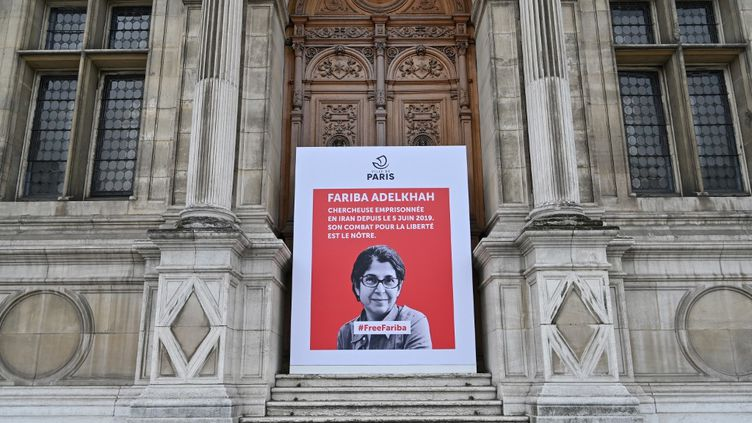 Une affiche avec le portrait de l'universitaire franco-iranienne Fariba Adelkhah, emprisonnée en Iran, placée devant l'Hôtel de Ville, à Paris, le 5 juin 2020. (BERTRAND GUAY / AFP)