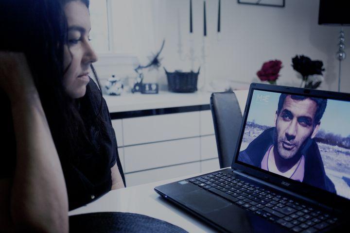 Béatrice Huret observeune photo de Mokhtar sur son ordinateur, chez elle, à l'automne 2016. (DOROTHEE SMITH / EDITIONS KERO / FRANCEINFO)